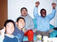 右:リンビィさん、左:佐藤さん家族